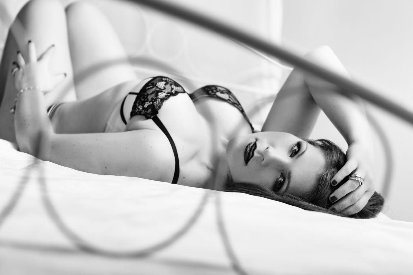 Boudoir Fotoshooting einer Frau mit dunklen Haaren im Himmelbett