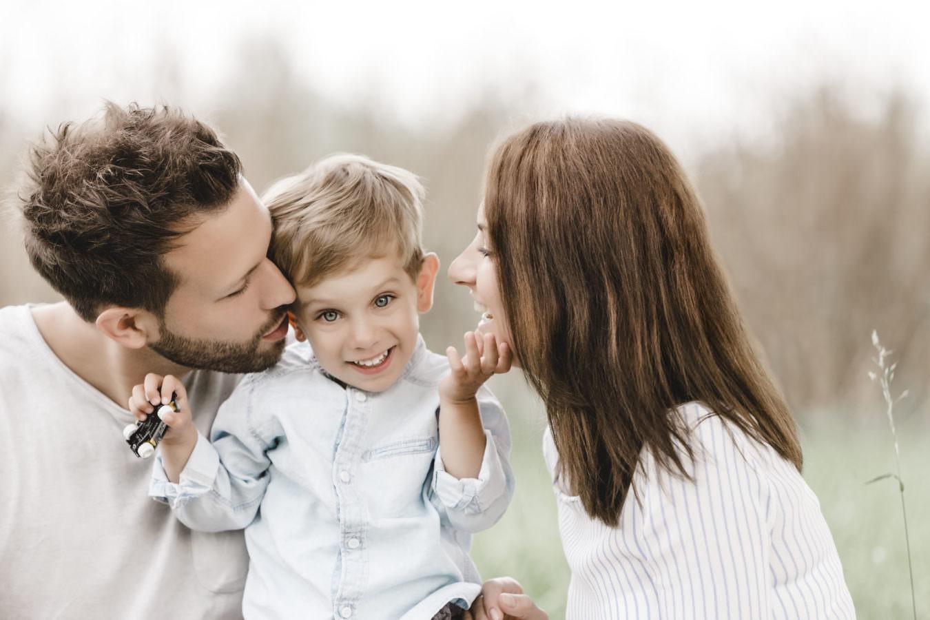 Familien Fotoshooting im Freien mit einem kleinen Jungen und seinen Eltern