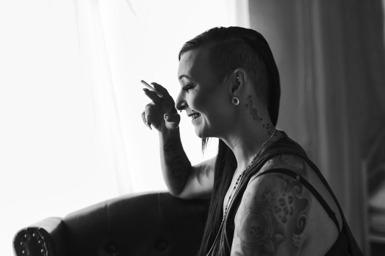 Frauen Fotoshooting mit einer tattowierten schwarzhaarigen Frau mit Zigarette