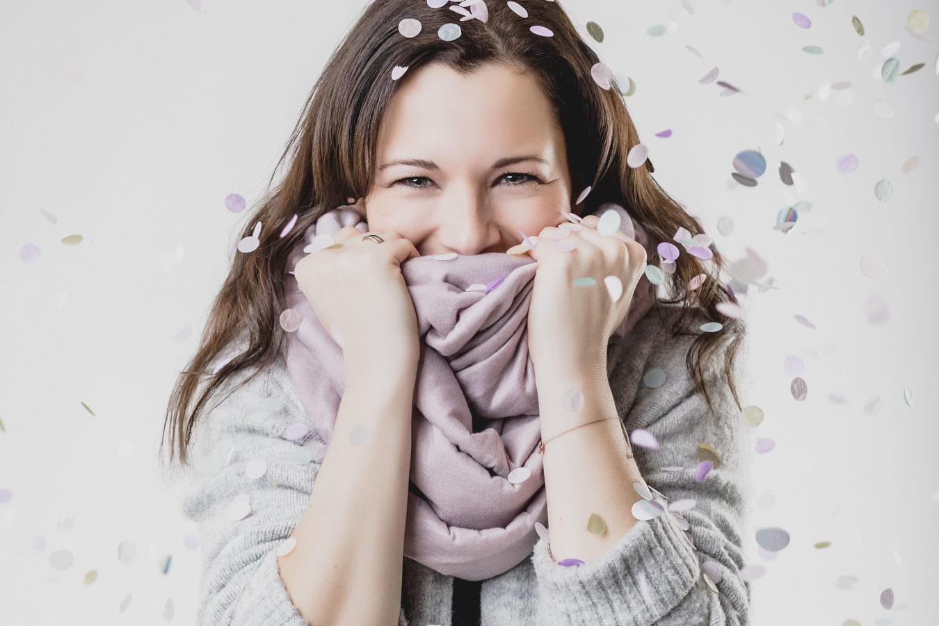 Modernes Studio Fotoshooting einer jungen Frau mit Konfetti
