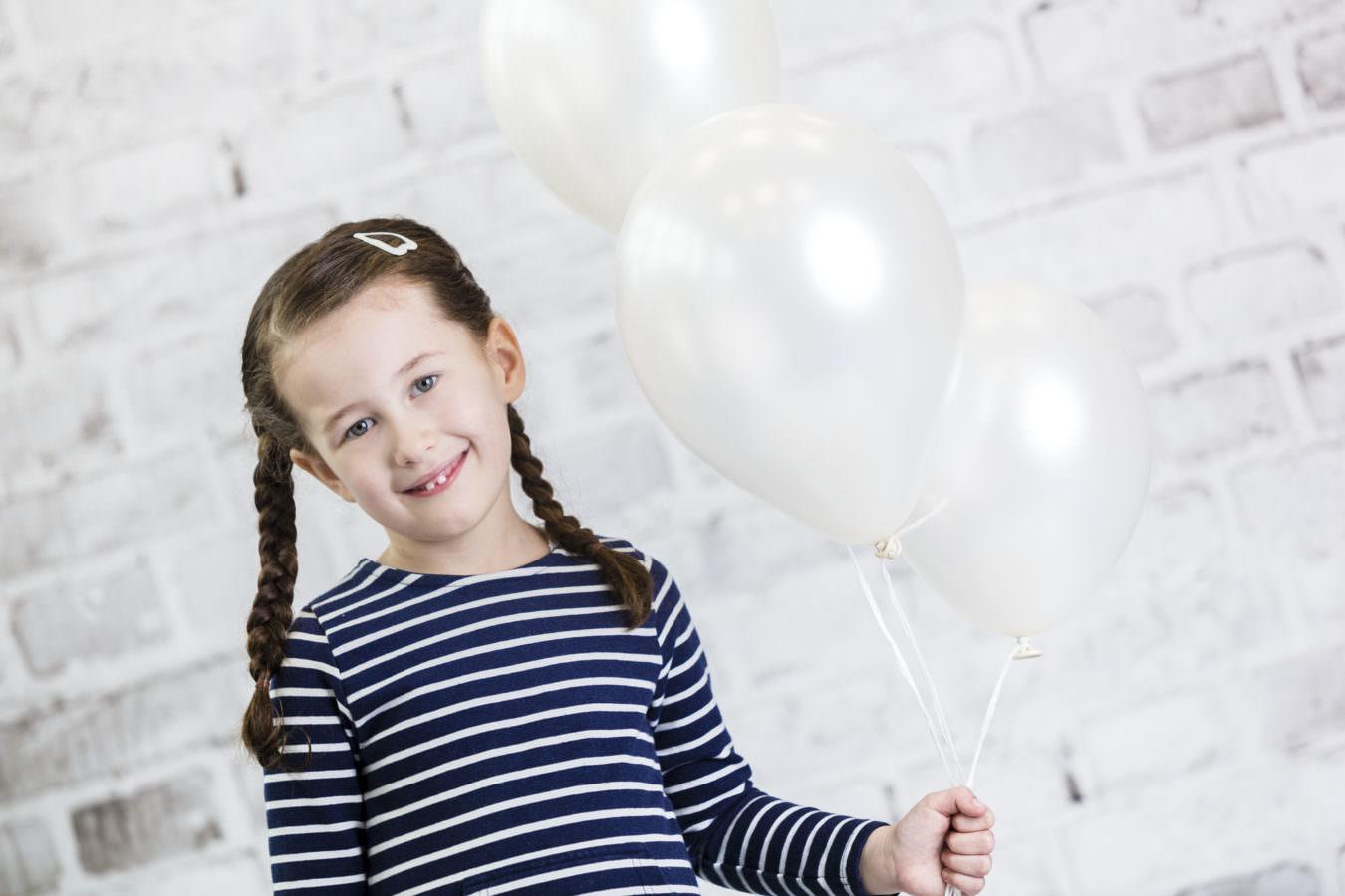 Kita Fotoshooting mit weissen Luftballons und Steinhintergrund