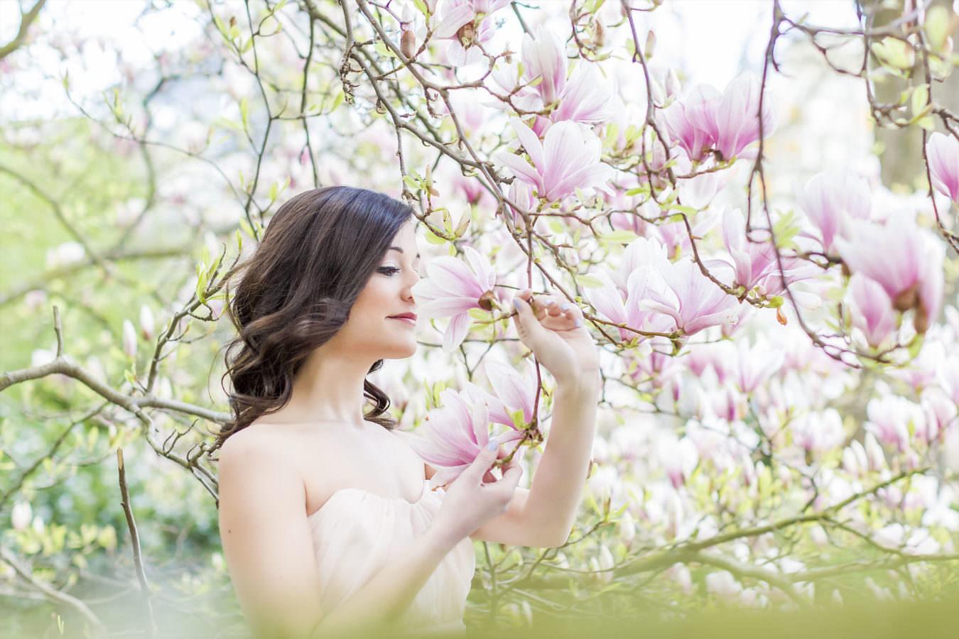 Frauen Fotoshooting mitten in Magnolien