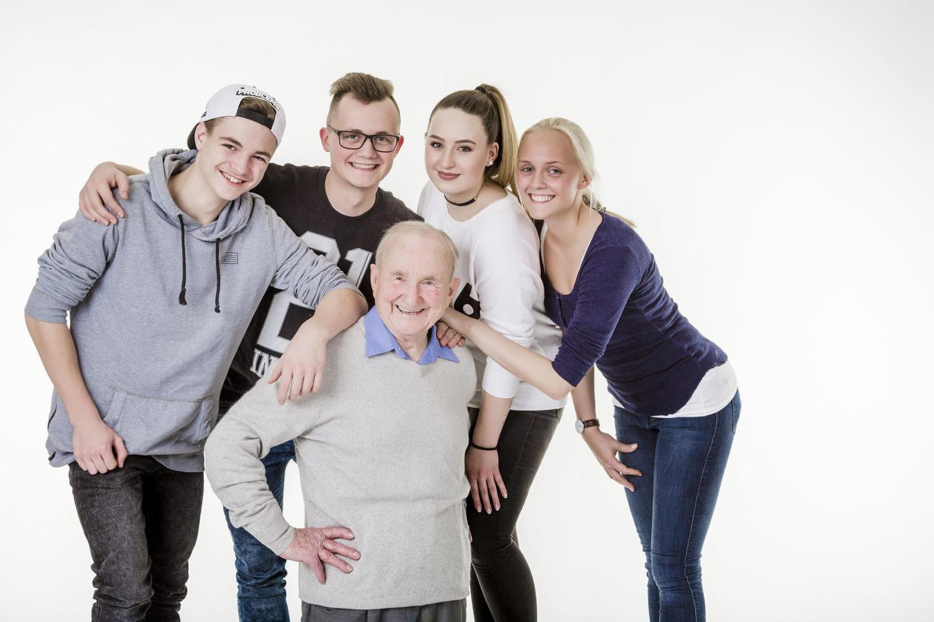 Generationenfoto mit Opa und vier Enkeln im Studio aufgenommen