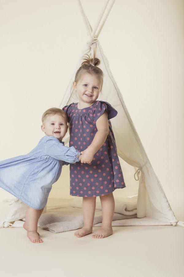 Kindergartenfoto von zwei kleinen Schwestern in Front eines Tippies