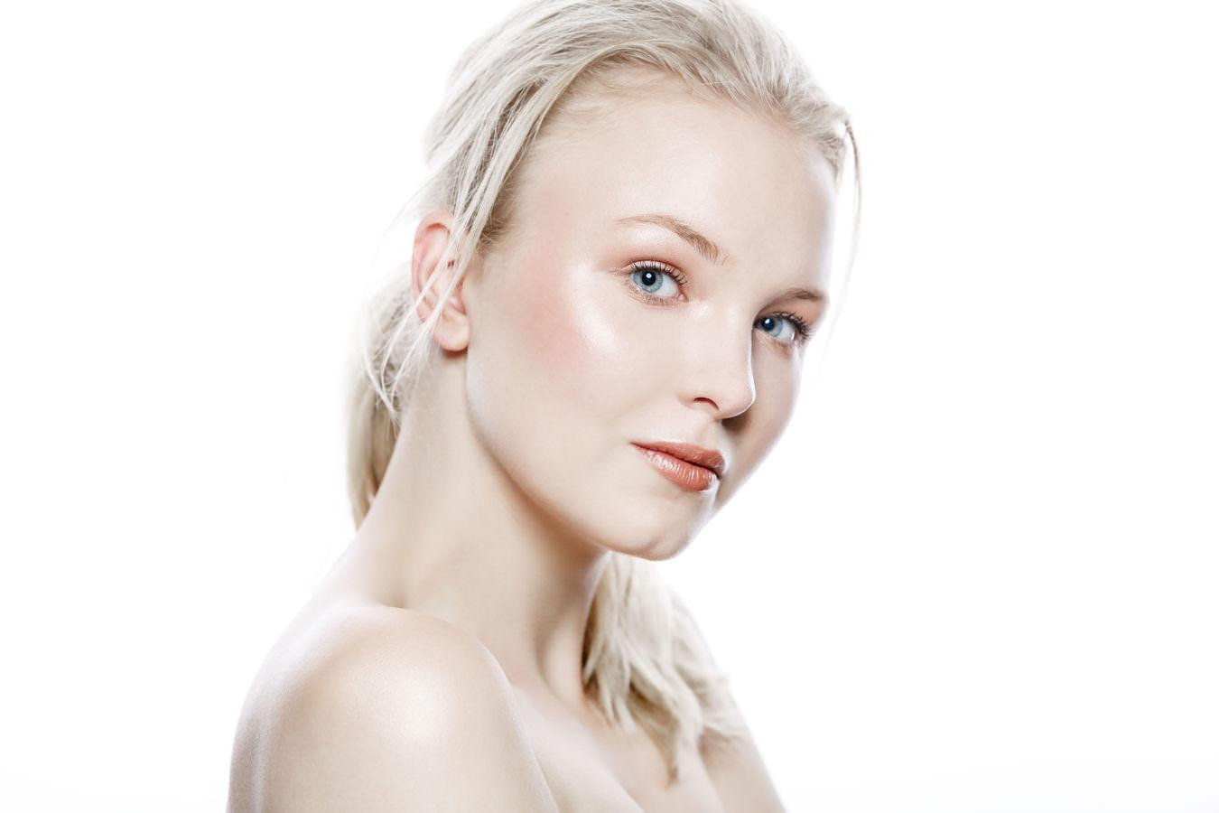 Ein blondes Model bei einem Beautyfotoshooting mit freien Schultern