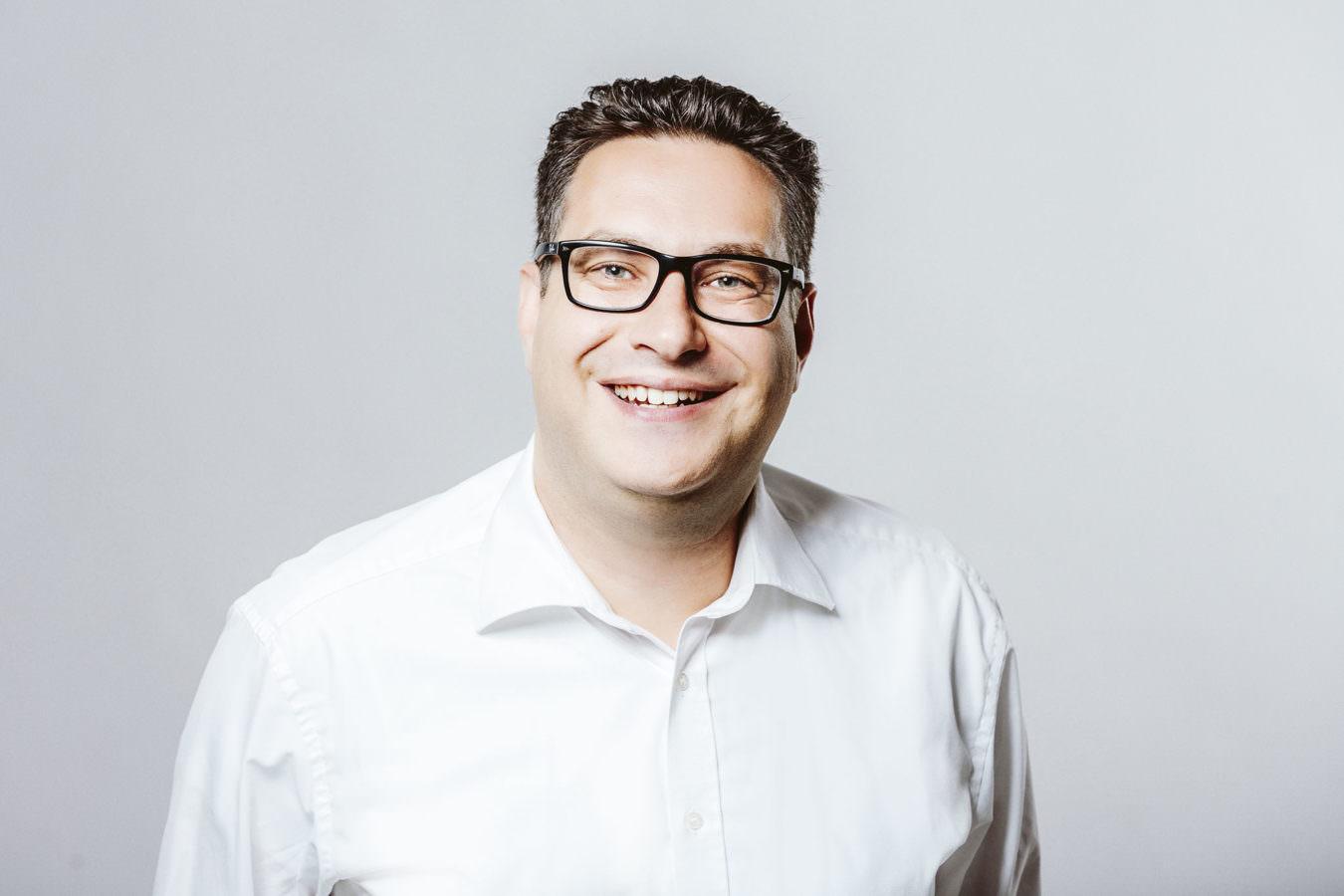 Bewerbungsfotos Mainz mit einem Brillenträger in modernem, schlichten Look
