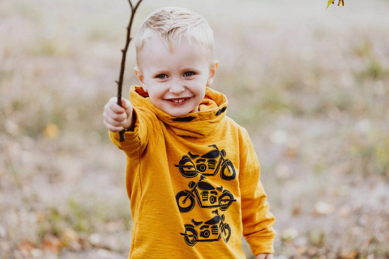 Kita Fotoshooting mit lachendem Jungen im Freien