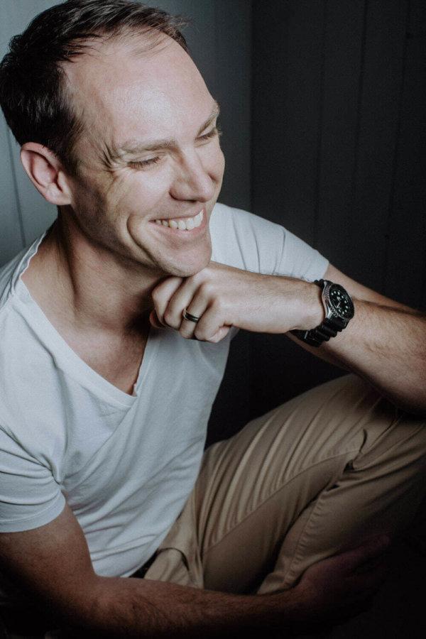 Männer Fotoshooting mit lachendem Mann im Studio