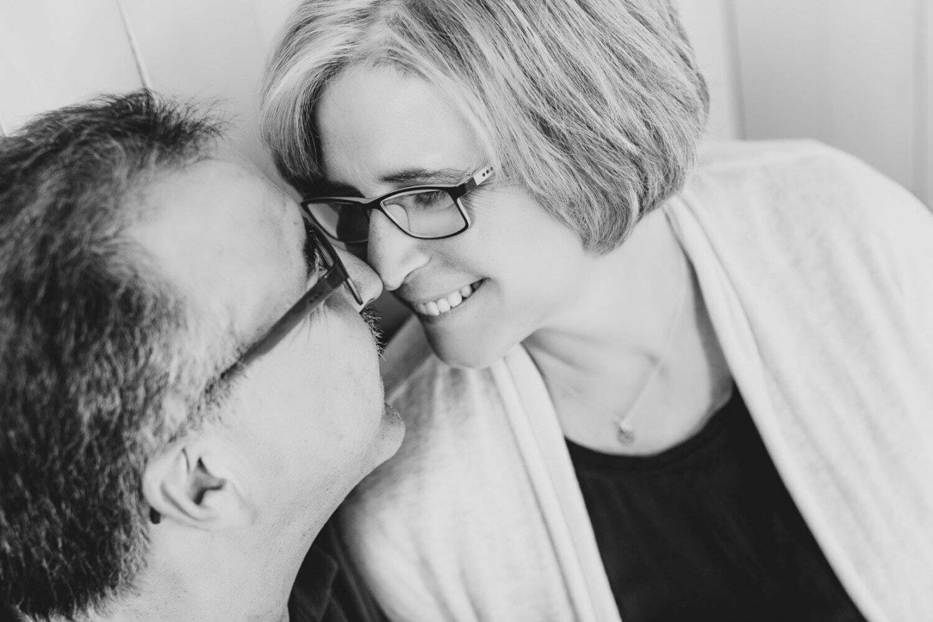 Paarshooting in Schwarzweiss von den Gesichtern eines Paares