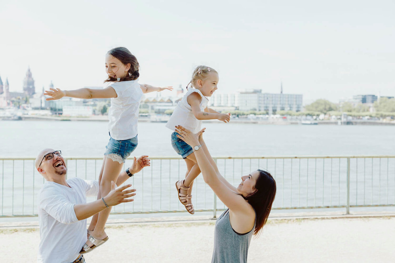 Familienfoto am Rhein