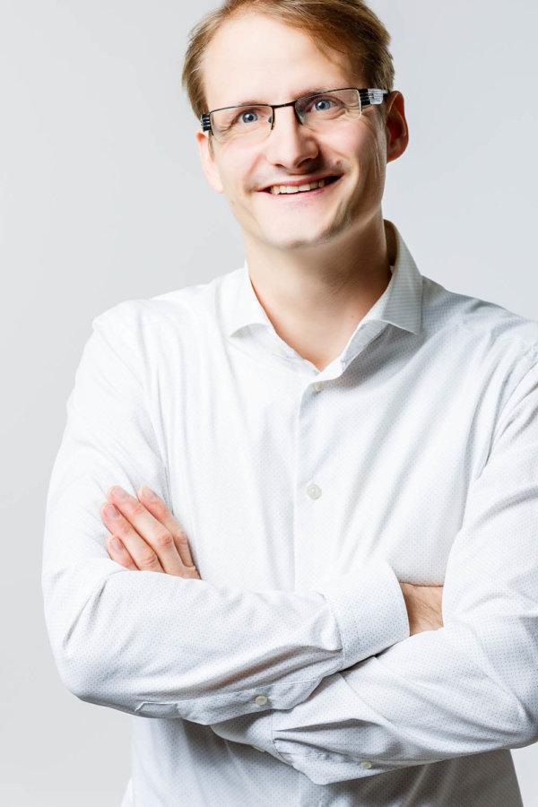 Bewerbungsfoto eines Mannes mit Brille